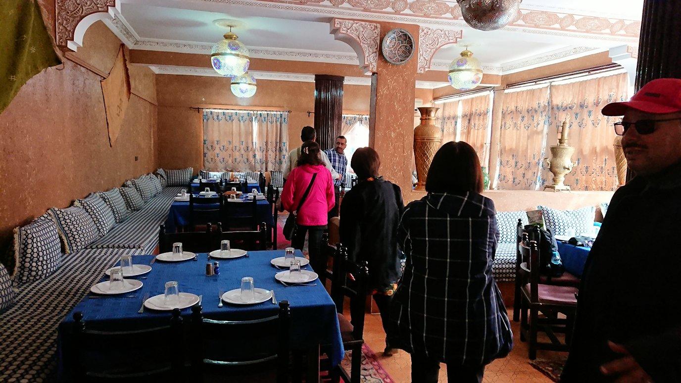モロッコのワルザザートのアイト・ベン・ハッドゥの観光を終了し近くのレストランで昼食を食べる2
