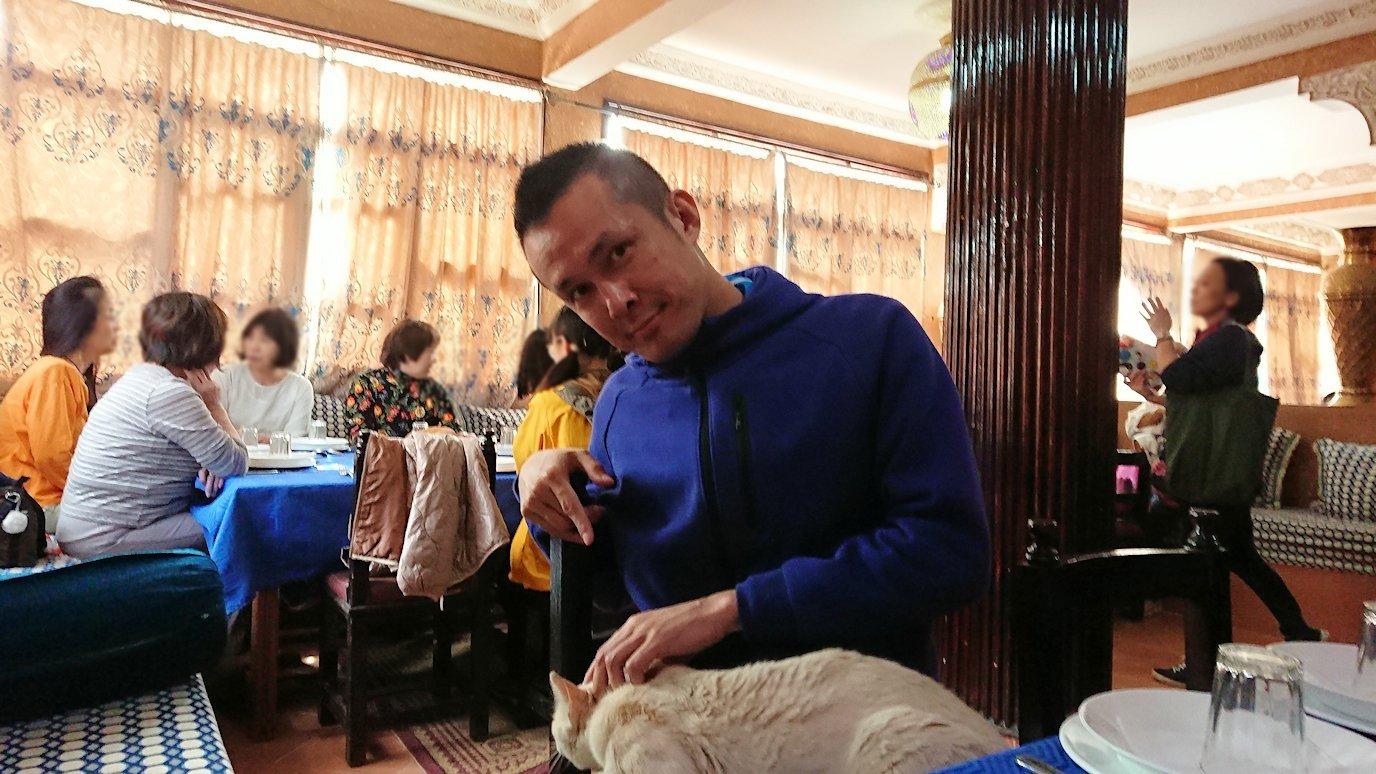 モロッコのワルザザートのアイト・ベン・ハッドゥの観光を終了し近くのレストランで昼食を食べる5