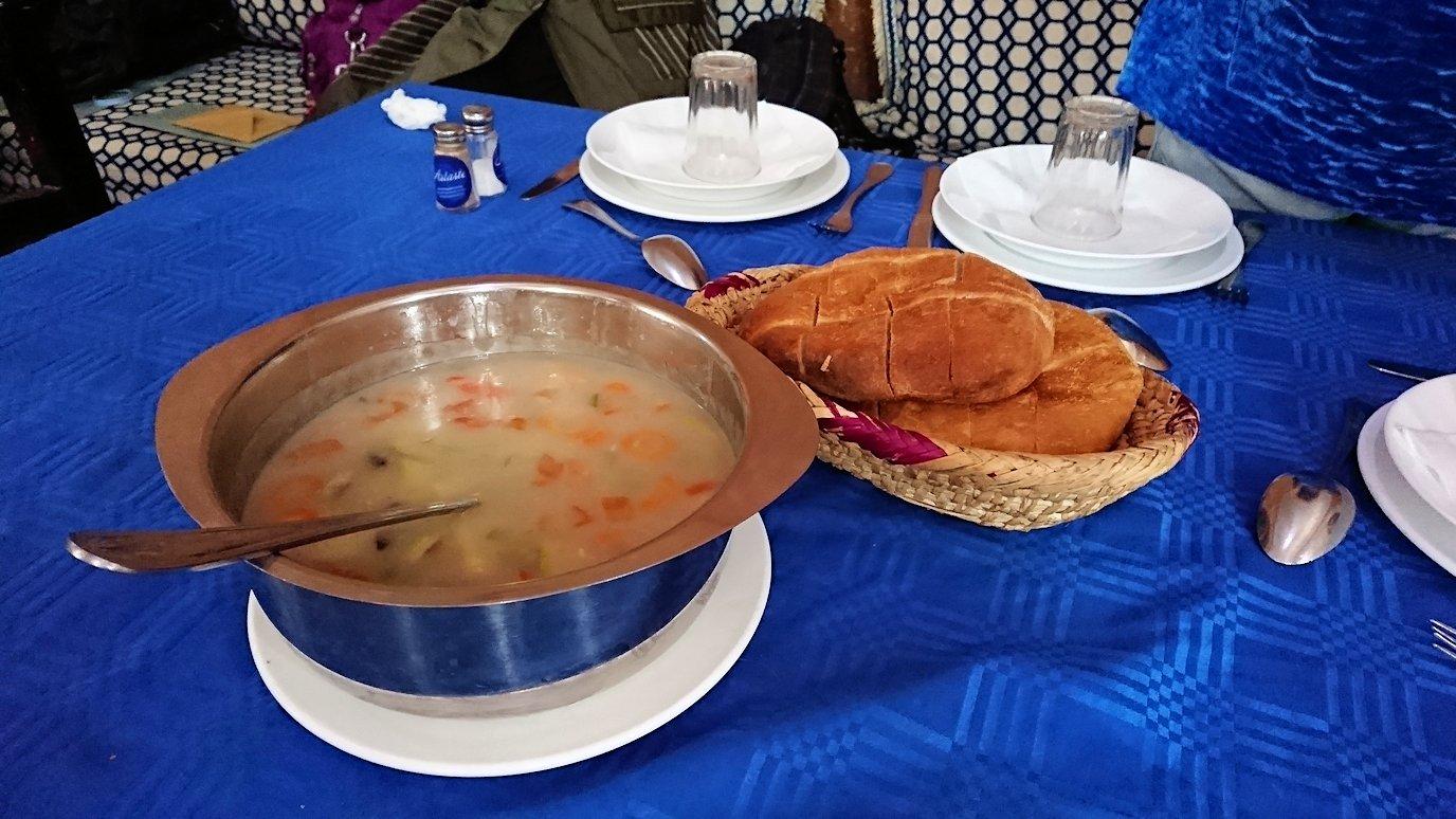 モロッコのワルザザートのアイト・ベン・ハッドゥの観光を終了し近くのレストランで昼食を食べる8