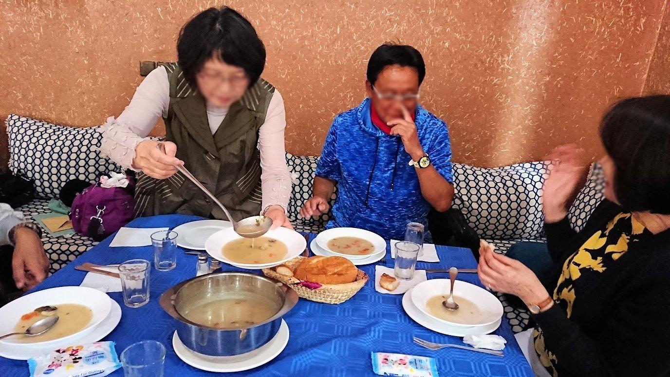 モロッコのワルザザートのアイト・ベン・ハッドゥの観光を終了し近くのレストランで昼食を楽しむ