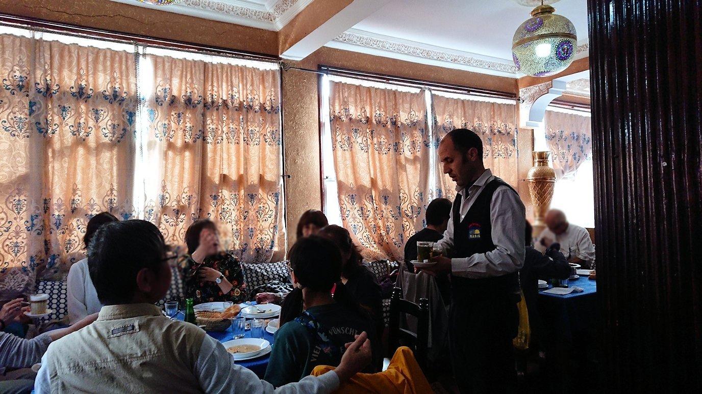 モロッコのワルザザートのアイト・ベン・ハッドゥの観光を終了し近くのレストランで昼食を楽しむ1