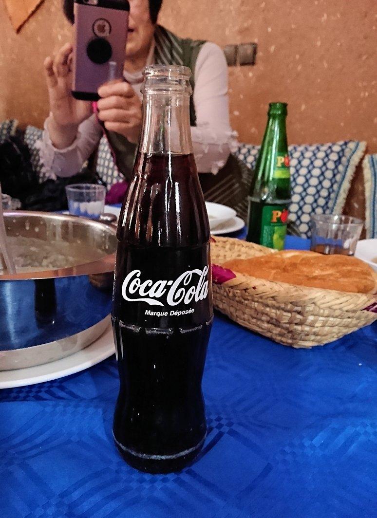 モロッコのワルザザートのアイト・ベン・ハッドゥの観光を終了し近くのレストランで昼食を楽しむ3