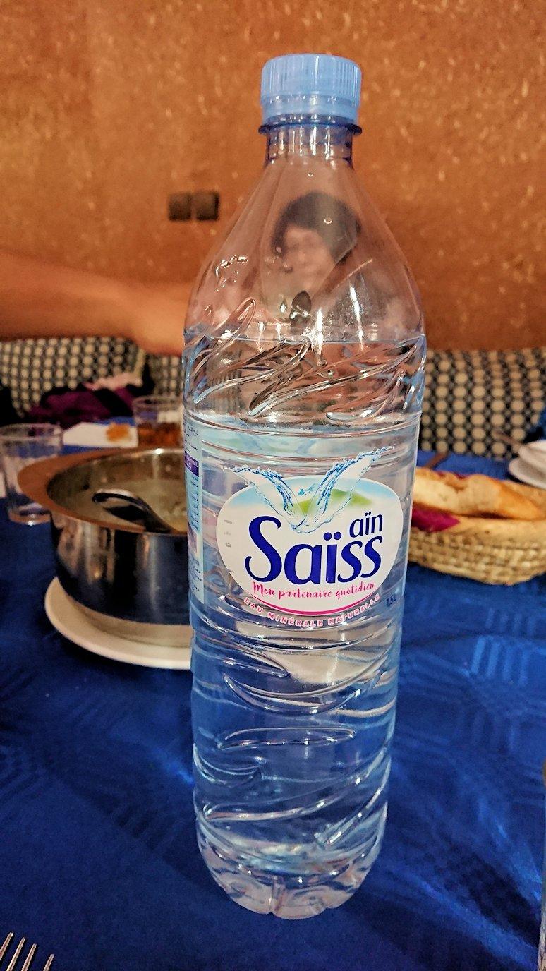モロッコのワルザザートのアイト・ベン・ハッドゥの観光を終了し近くのレストランで昼食を楽しむ4