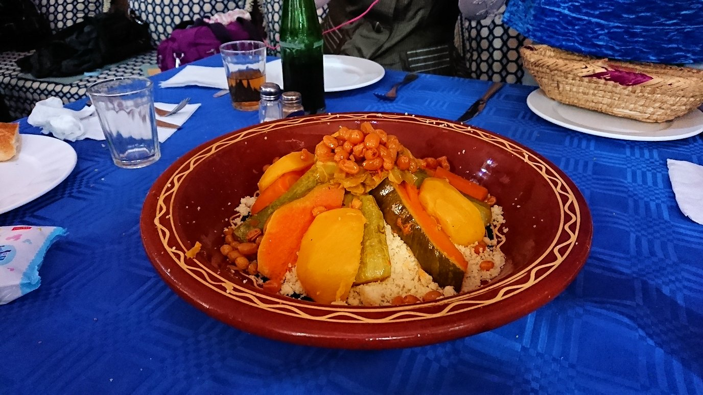 モロッコのワルザザートのアイト・ベン・ハッドゥの観光を終了し近くのレストランで昼食を楽しむ5