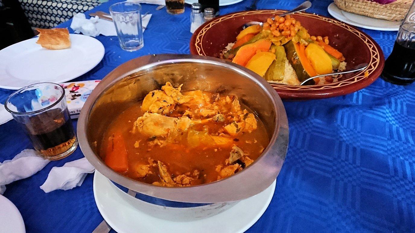 モロッコのワルザザートのアイト・ベン・ハッドゥの観光を終了し近くのレストランで昼食を楽しむ6