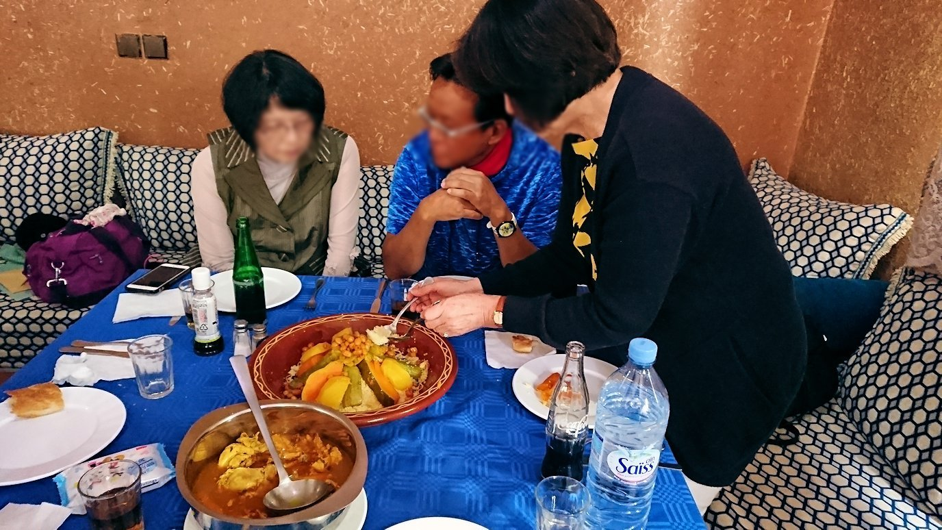 モロッコのワルザザートのアイト・ベン・ハッドゥの観光を終了し近くのレストランで昼食を楽しむ8
