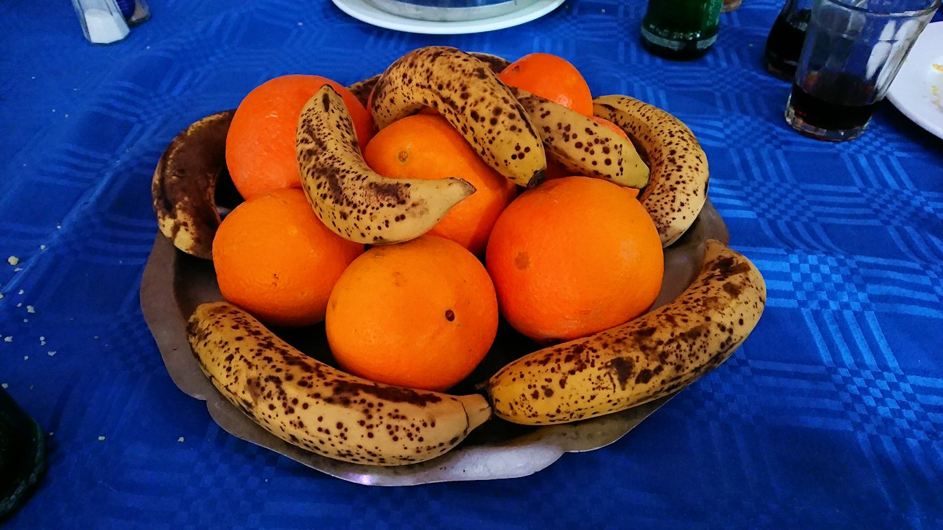 モロッコのワルザザートのアイト・ベン・ハッドゥの観光を終了し近くのレストランで昼食を