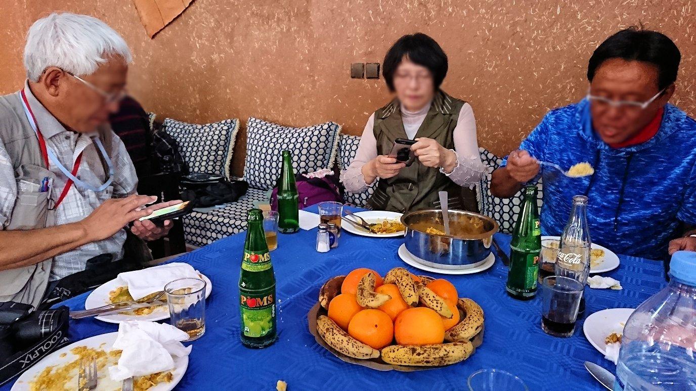 モロッコのワルザザートのアイト・ベン・ハッドゥの観光を終了し近くのレストランで昼食を1