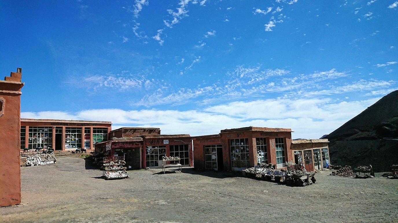 モロッコのワルザザートのアイト・ベン・ハッドゥの観光を終了しバスで移動し標高の高い場所1