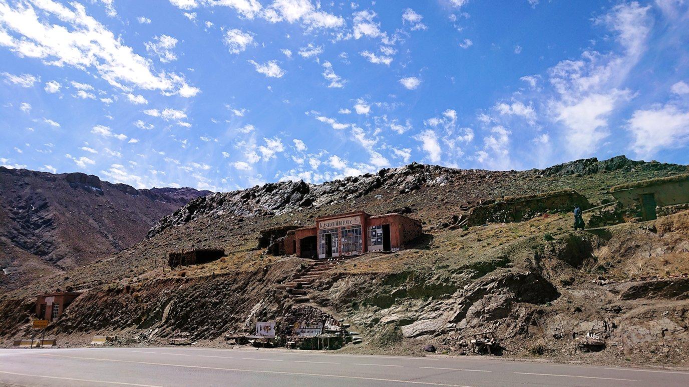 モロッコのワルザザートのアイト・ベン・ハッドゥの観光を終了しバスで移動し標高の高い場所3