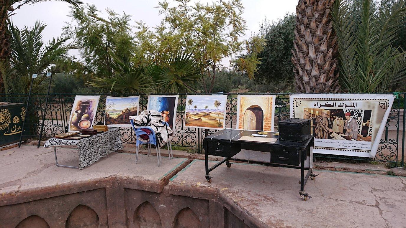 マラケシュのメナラ庭園内を見学する様子8