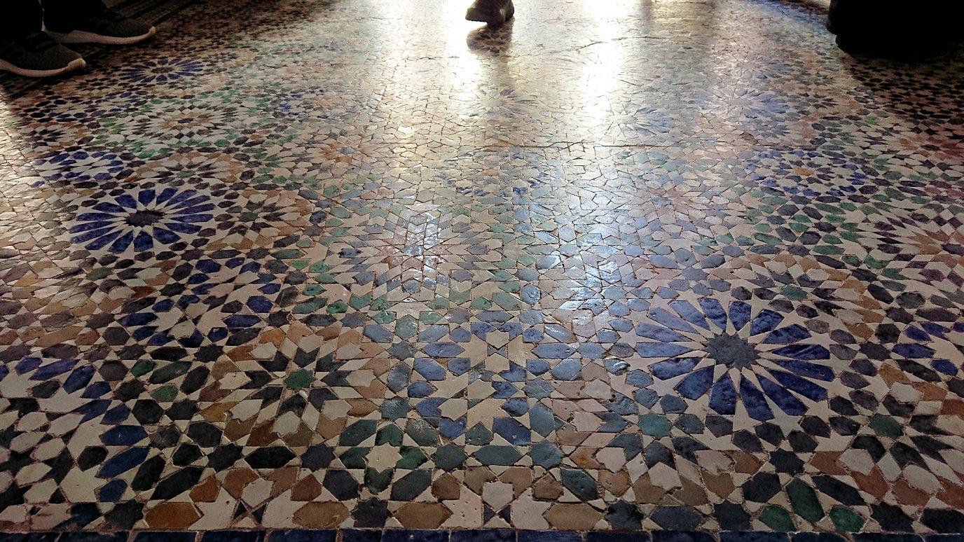 モロッコのマラケシュでバヒア宮殿内を楽しんで撮影する