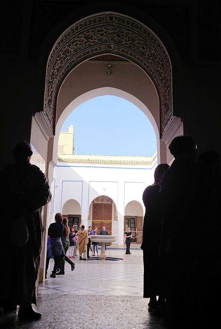 モロッコのマラケシュでバヒア宮殿内を楽しんで撮影する1