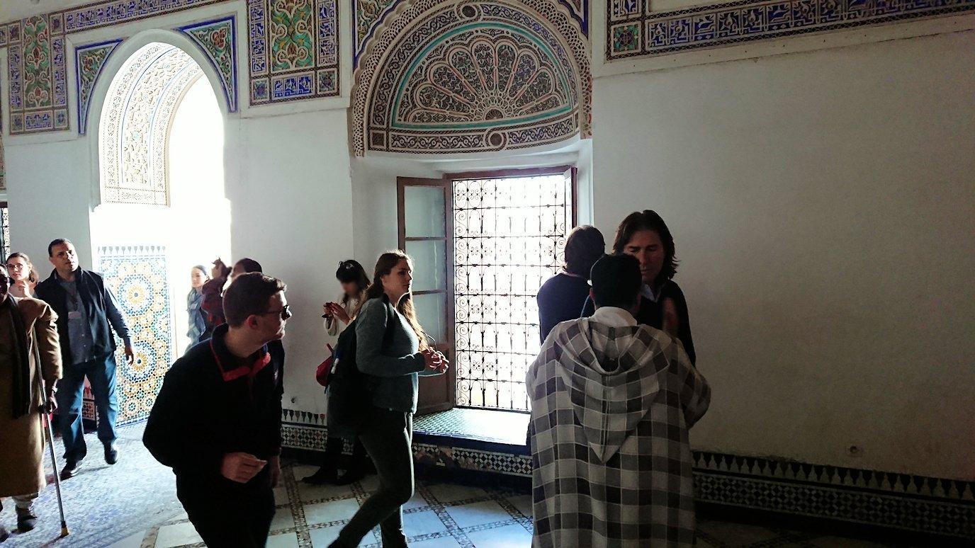 モロッコのマラケシュでバヒア宮殿内を楽しんで撮影する3