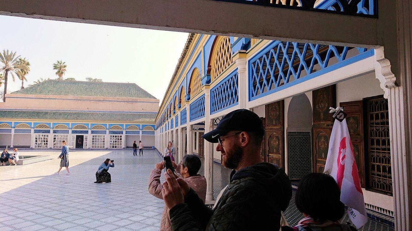 モロッコのマラケシュでバヒア宮殿内を楽しんで撮影する4