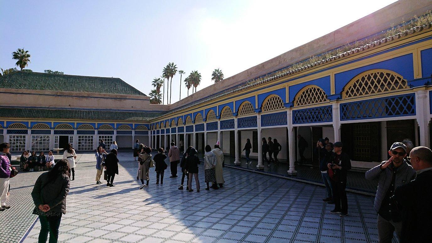 モロッコのマラケシュでバヒア宮殿内を楽しんで撮影する5