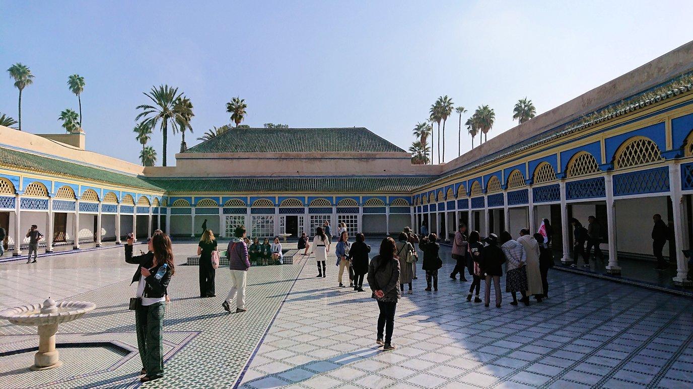 モロッコのマラケシュでバヒア宮殿内を楽しんで撮影する6