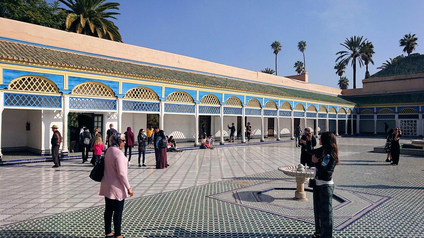 モロッコのマラケシュでバヒア宮殿内を楽しんで撮影する7