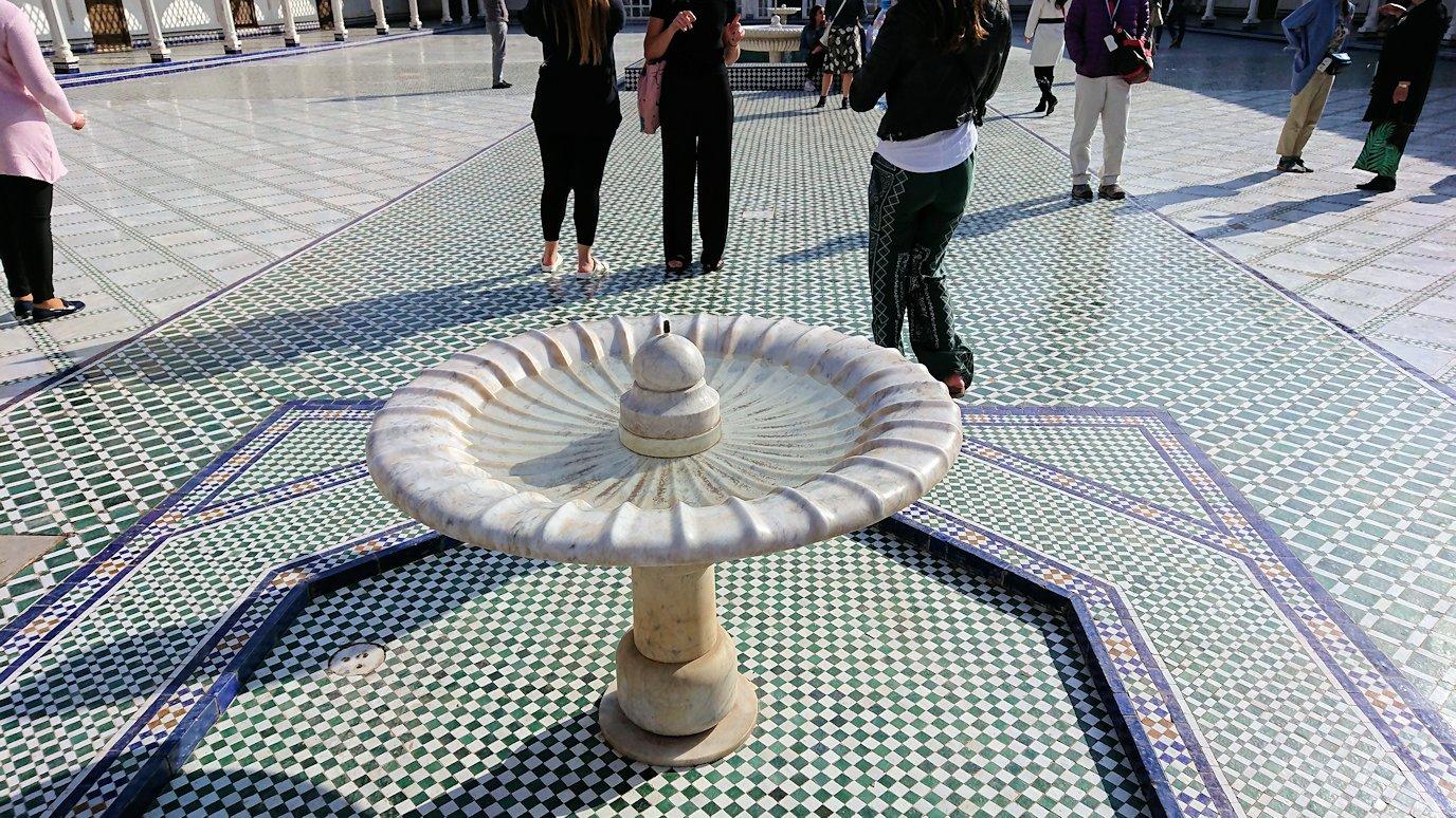 モロッコのマラケシュでバヒア宮殿内を楽しんで撮影する8