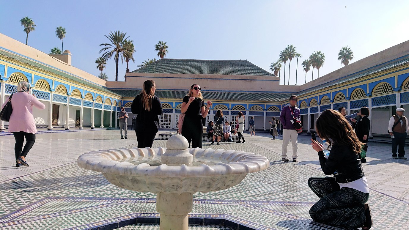 モロッコのマラケシュでバヒア宮殿内を楽しんで撮影する9