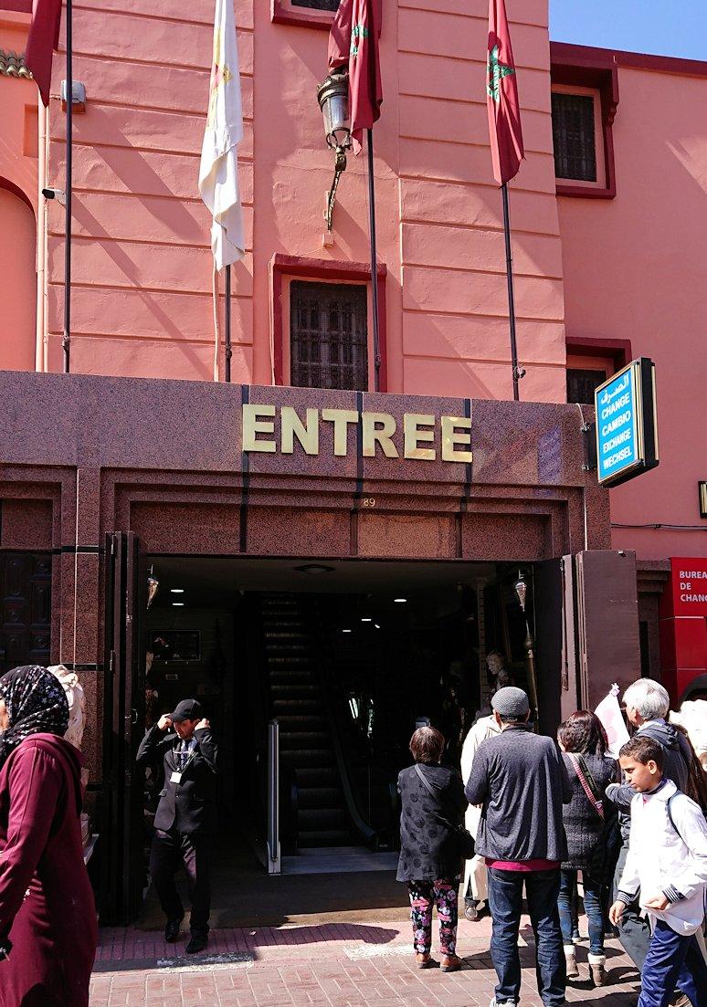 モロッコ・マラケシュのサアード朝近くの総合お土産物店でお買い物を