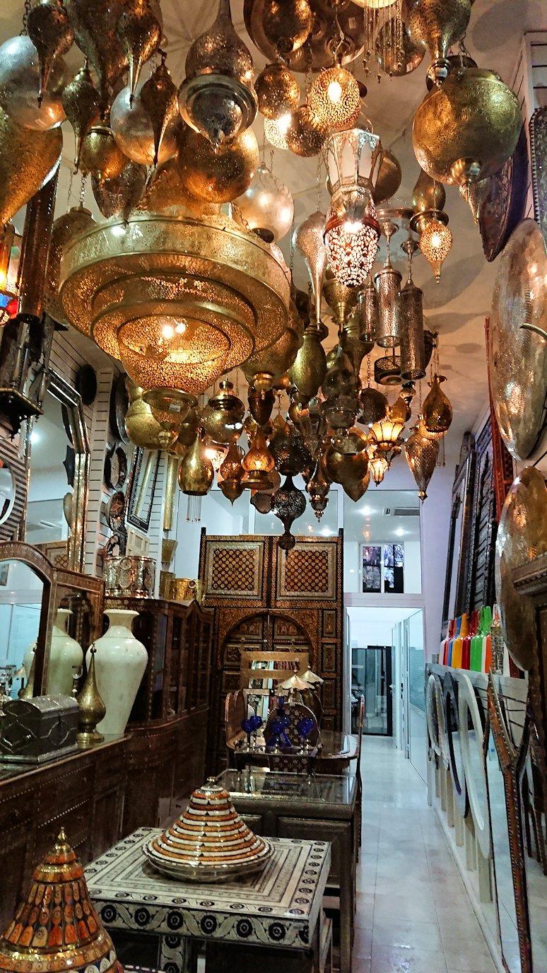 モロッコ・マラケシュのサアード朝近くの総合お土産物店でお買い物を2