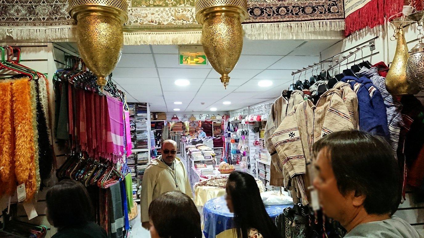 モロッコ・マラケシュのサアード朝近くの総合お土産物店でお買い物を3
