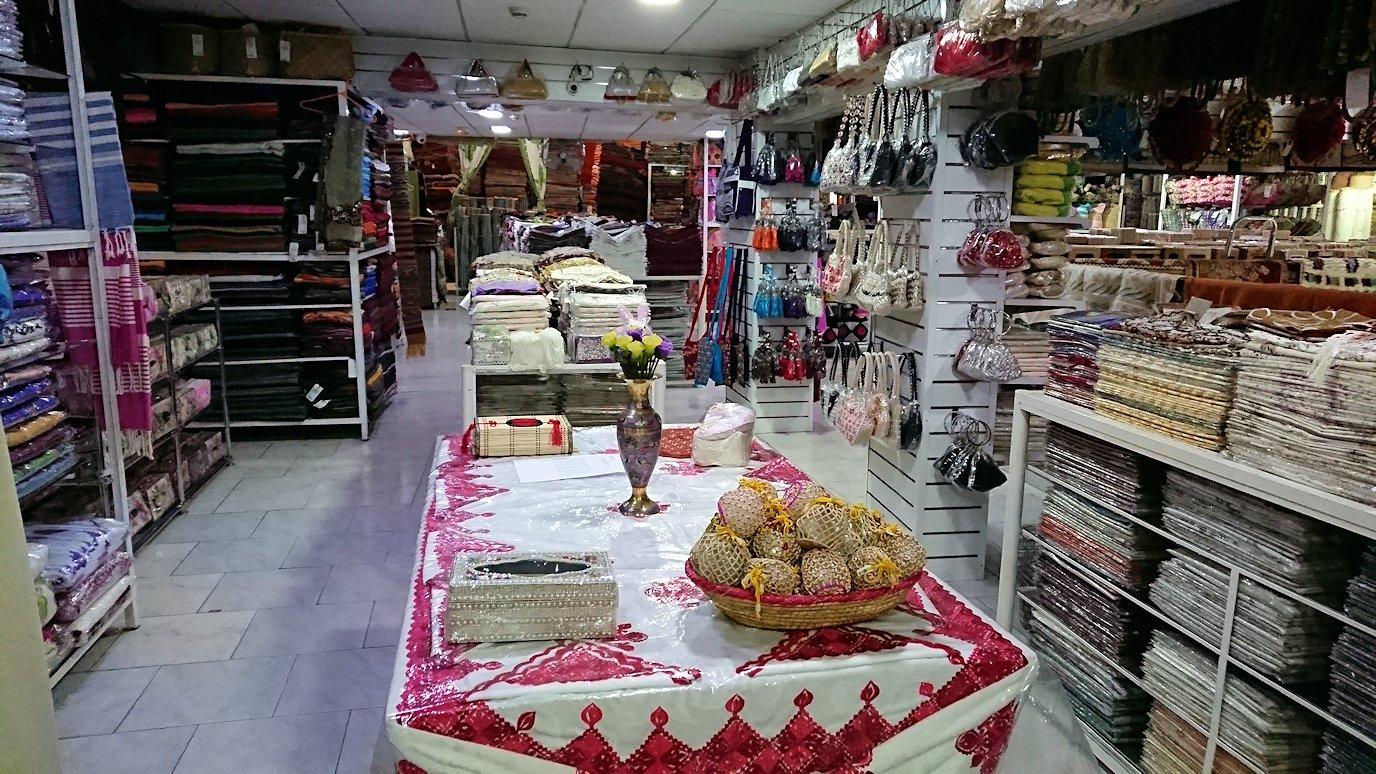 モロッコ・マラケシュのサアード朝近くの総合お土産物店でお買い物を4