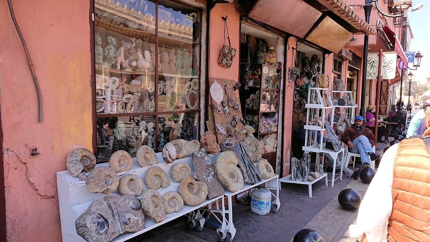 モロッコ・マラケシュのサアード朝近くの総合お土産物店から昼食会場に向かう