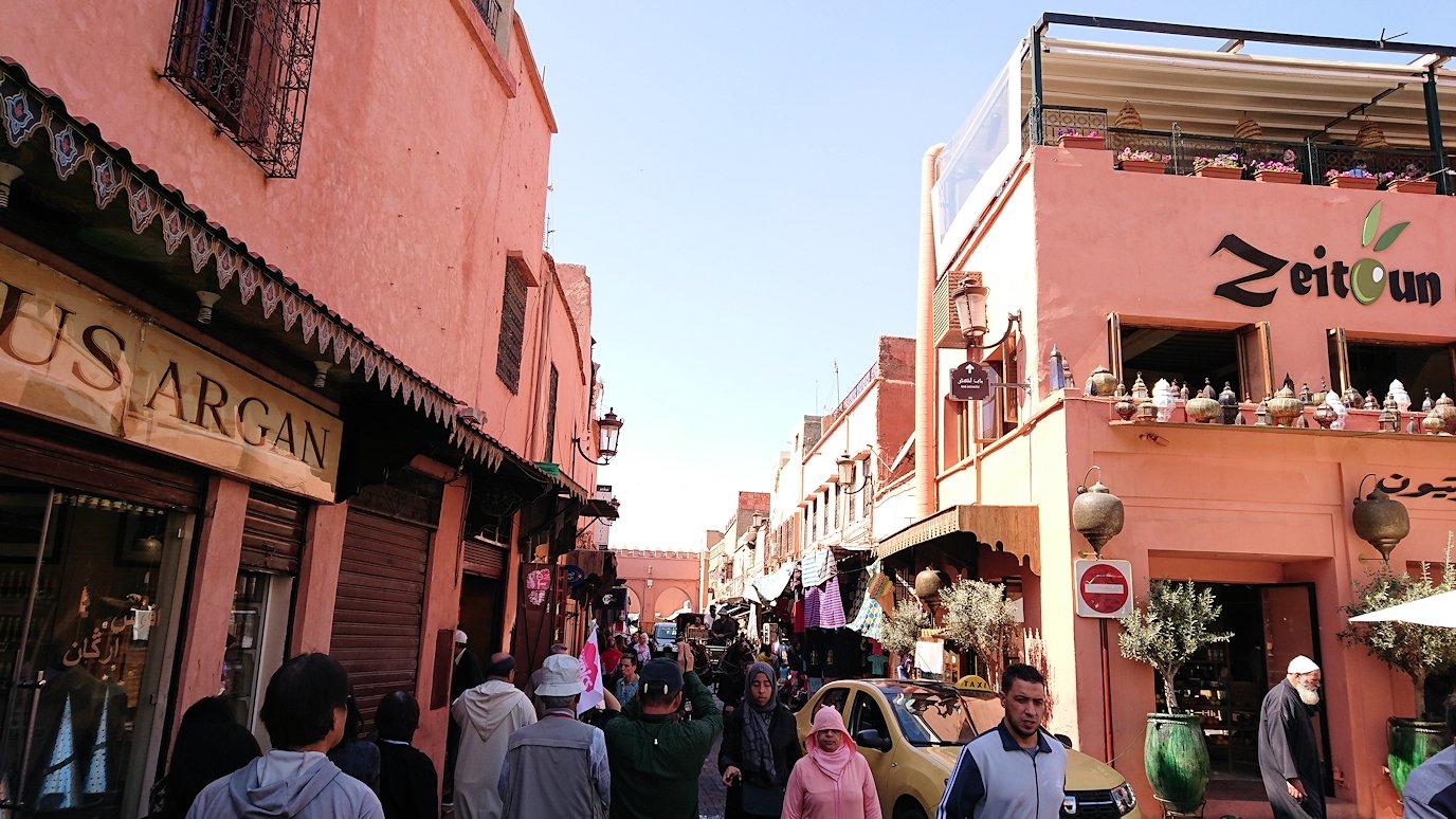モロッコ・マラケシュのサアード朝近くの総合お土産物店から昼食会場に向かう2
