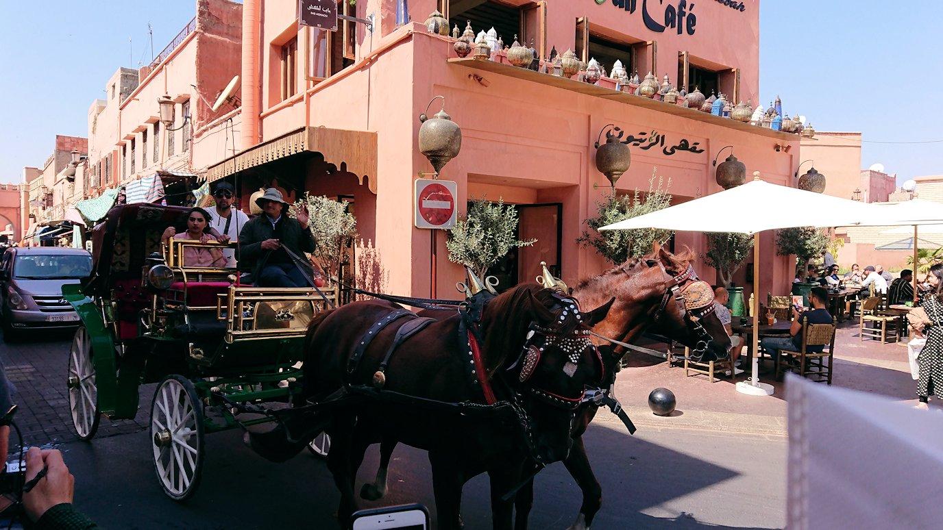 モロッコ・マラケシュのサアード朝近くの総合お土産物店から昼食会場に向かう3