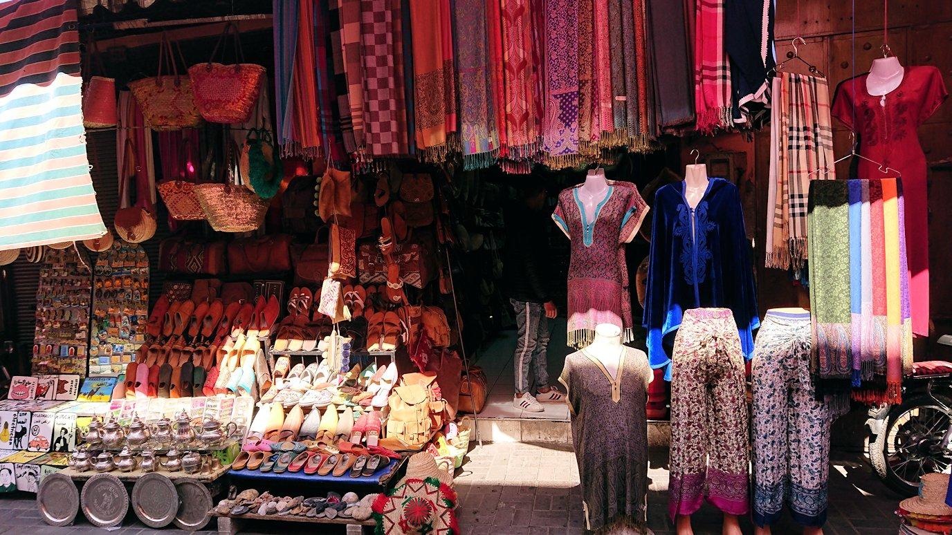 モロッコ・マラケシュのサアード朝近くの総合お土産物店から昼食会場に向かう5
