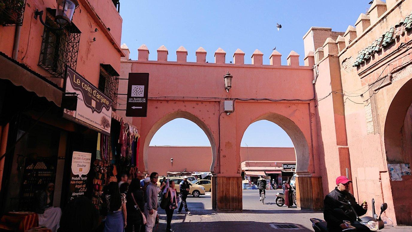 モロッコ・マラケシュのサアード朝近くの総合お土産物店から昼食会場に向かう7