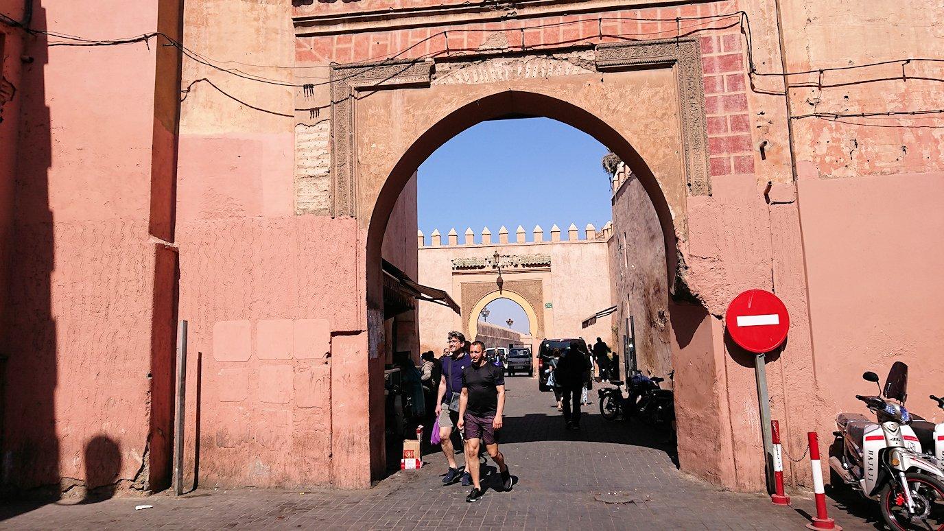 モロッコ・マラケシュのサアード朝近くの総合お土産物店から昼食会場に向かう8