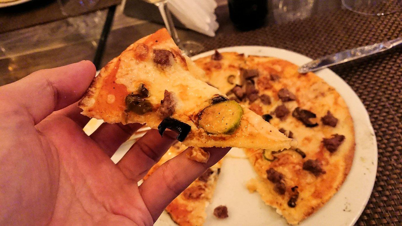 モロッコ・マラケシュで昼食会場で美味しいピザを食べます