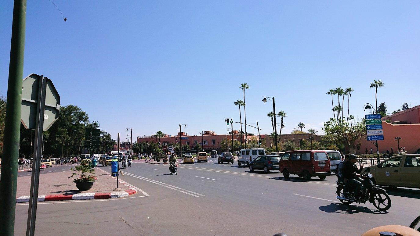 モロッコ・マラケシュで昼食会場で美味しいピザを食べます6