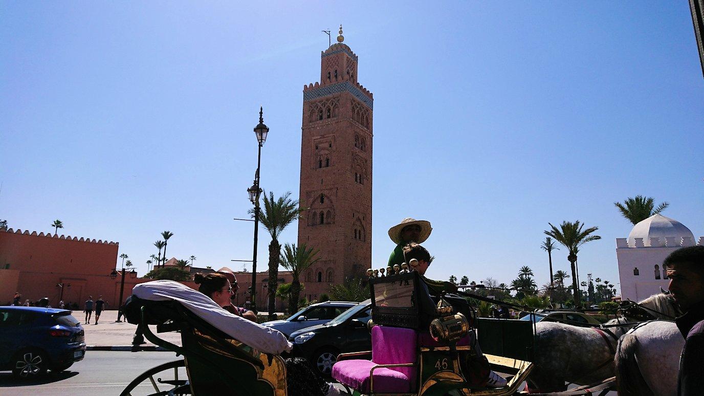 モロッコ・マラケシュで昼食会場で美味しいピザを食べます7