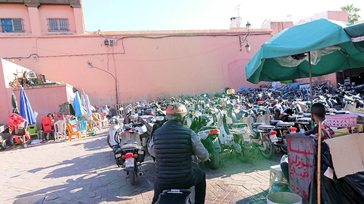 モロッコ・マラケシュでホテルからジャマ・エル・フナ広場に向かう途中の様子4
