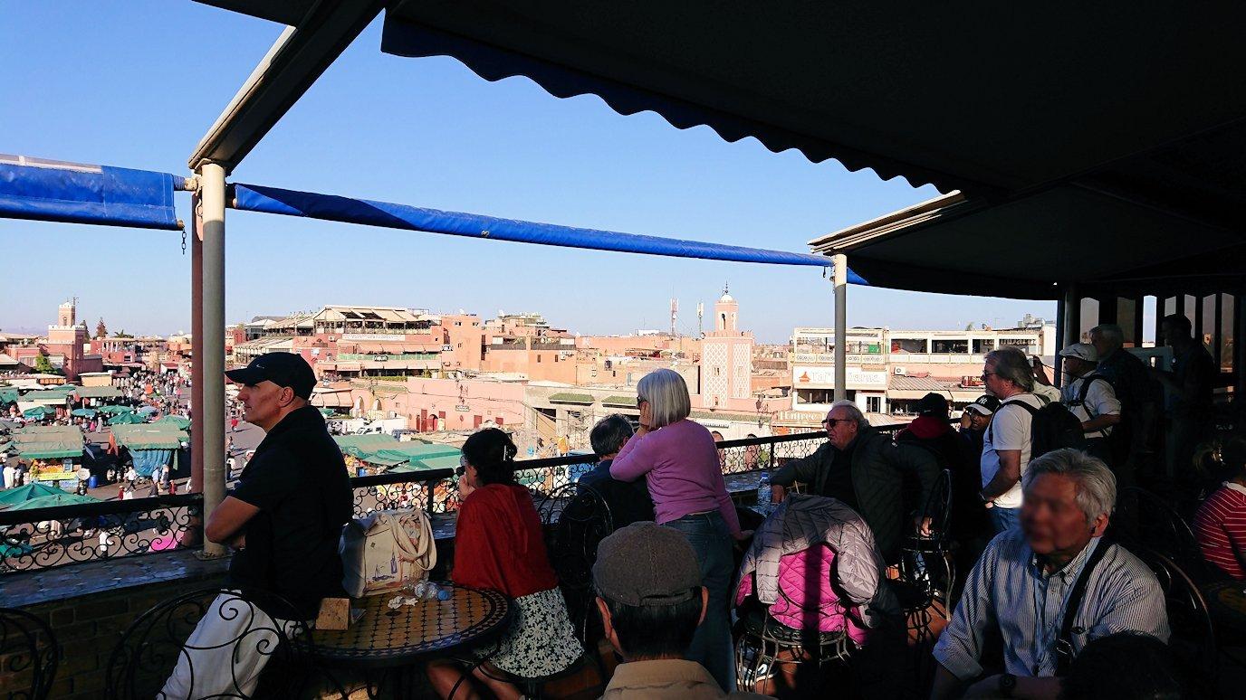 モロッコ・マラケシュでジャマ・エル・フナ広場のカフェで休憩1