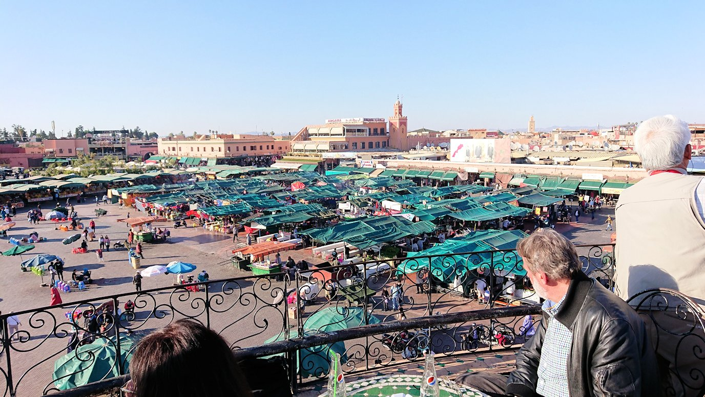 モロッコ・マラケシュでジャマ・エル・フナ広場のカフェで休憩4