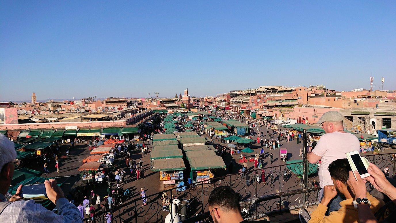 モロッコ・マラケシュでジャマ・エル・フナ広場のカフェで休憩5