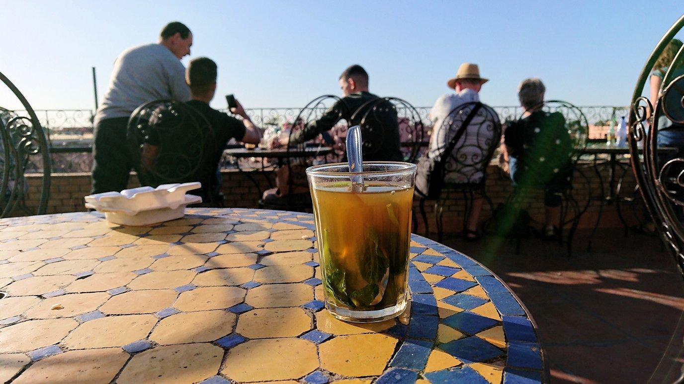 モロッコ・マラケシュでジャマ・エル・フナ広場のカフェで休憩6