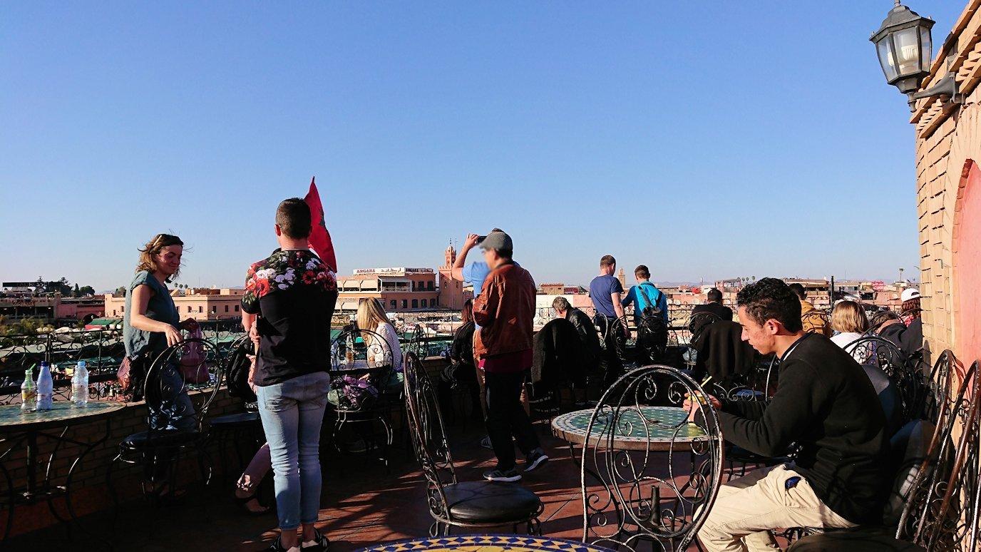 モロッコ・マラケシュでジャマ・エル・フナ広場のカフェで休憩7