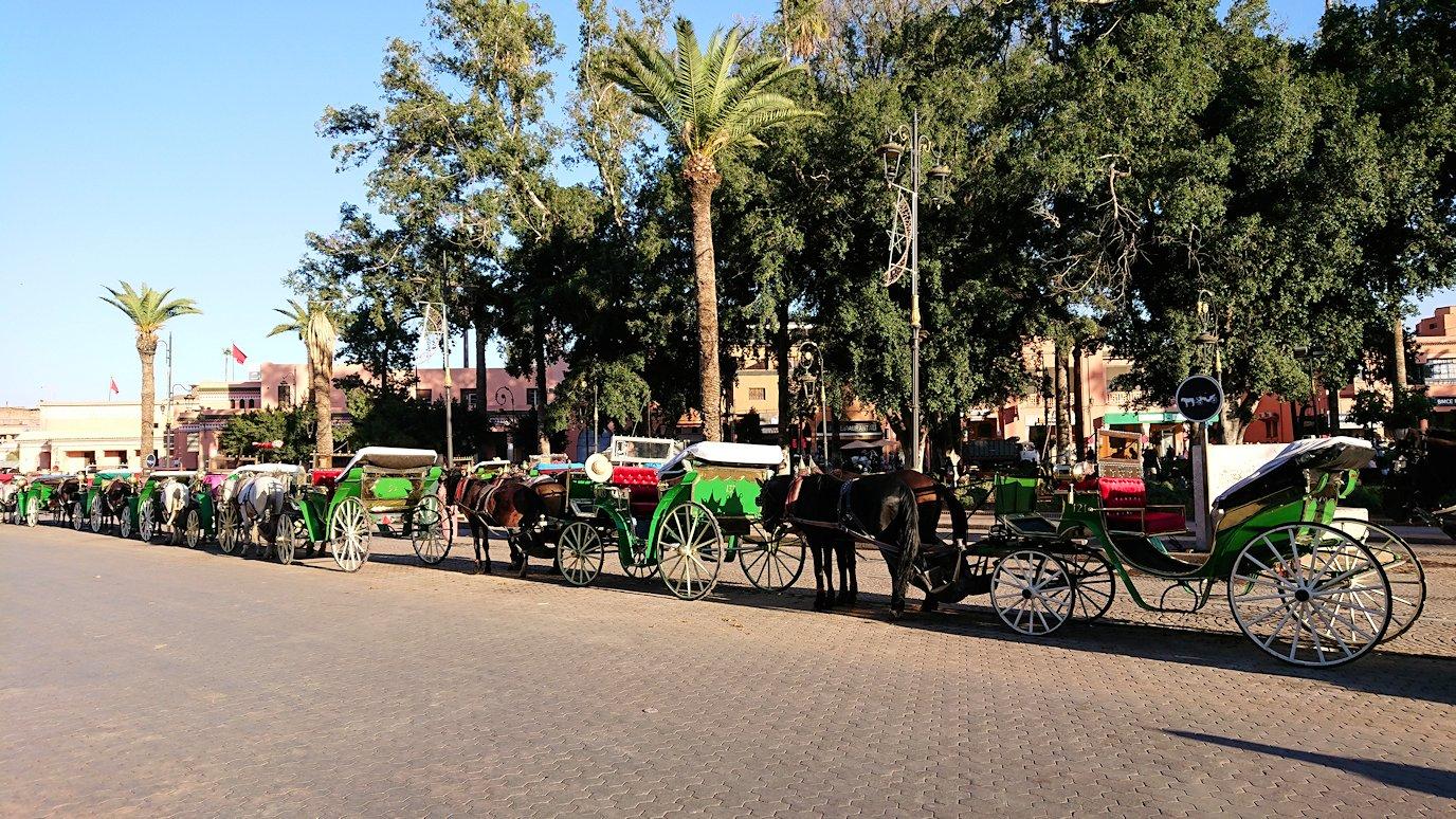 モロッコ・マラケシュでジャマ・エル・フナ広場でぐるぐると散歩
