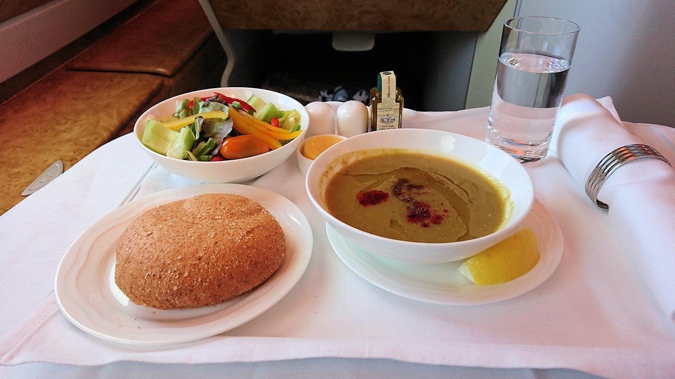 モロッコのカサブランカ空港でA380-800のビジネスクラスに搭乗しドバイへ向かう機内で食べた食事について