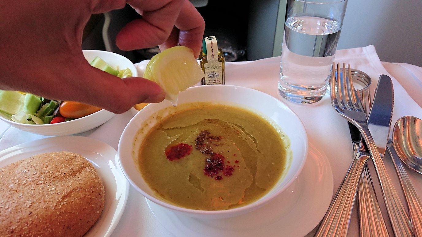 モロッコのカサブランカ空港でA380-800のビジネスクラスに搭乗しドバイへ向かう機内で食べた食事について2