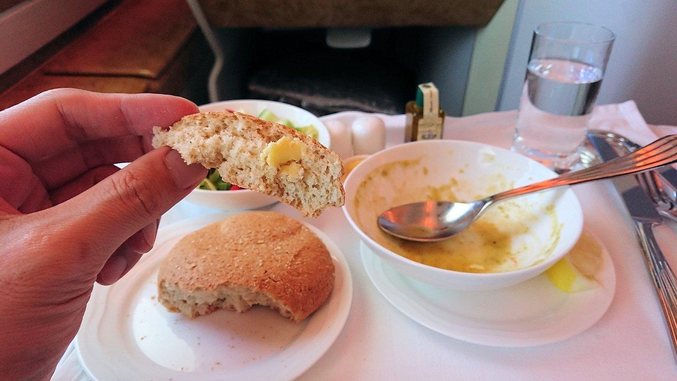 モロッコのカサブランカ空港でA380-800のビジネスクラスに搭乗しドバイへ向かう機内で食べた食事について4