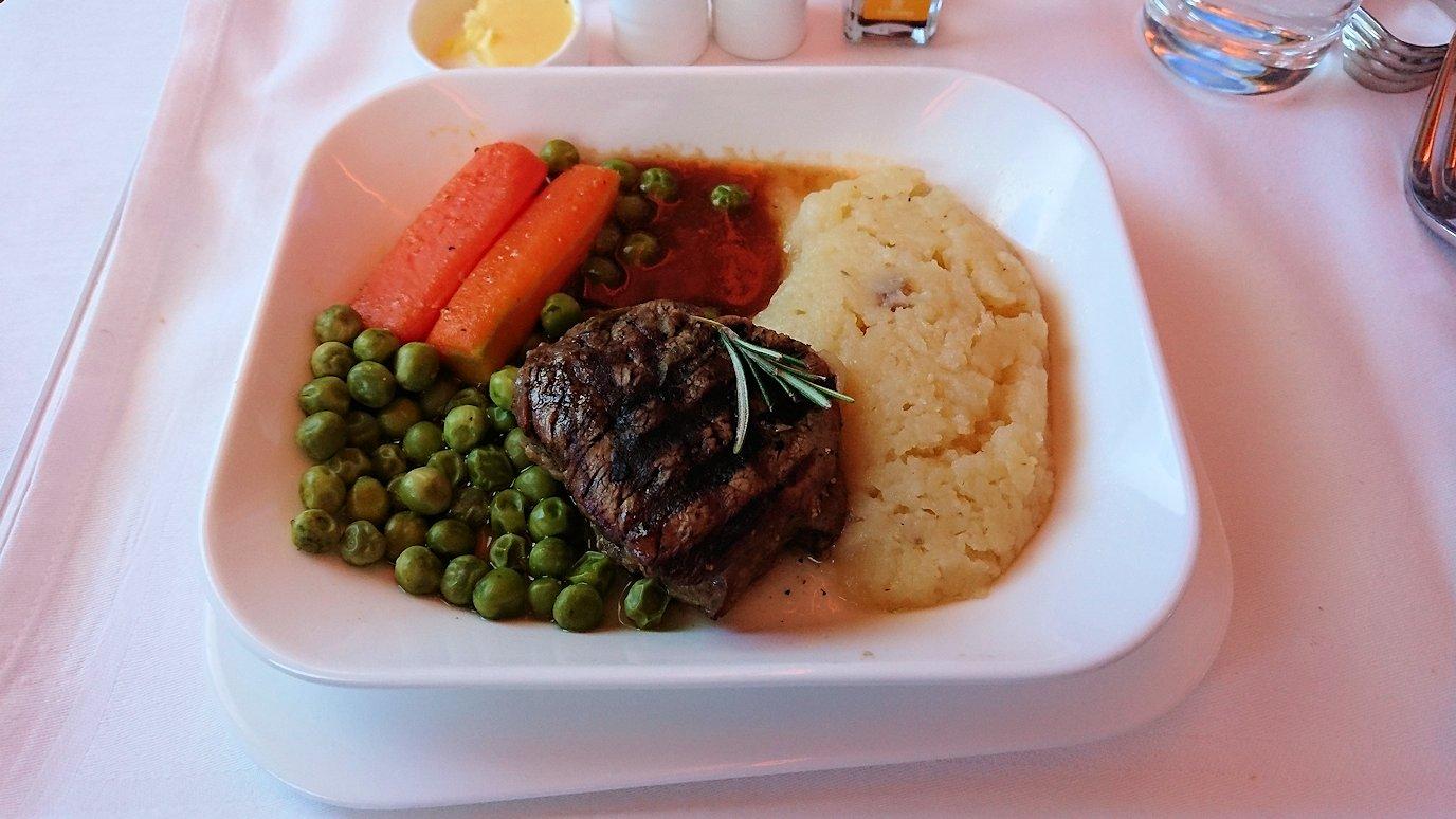 モロッコのカサブランカ空港でA380-800のビジネスクラスに搭乗しドバイへ向かう機内で食べた食事について8