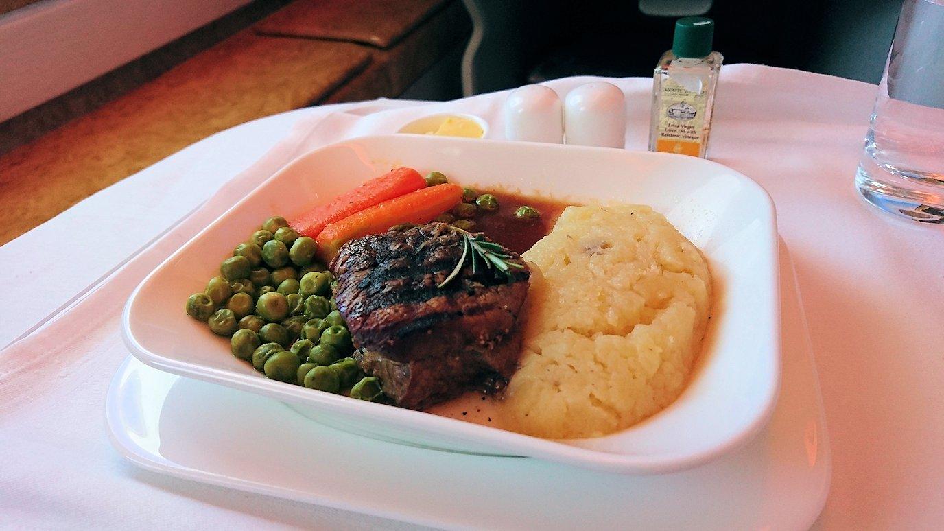 モロッコのカサブランカ空港でA380-800のビジネスクラスに搭乗しドバイへ向かう機内で食べた食事について9