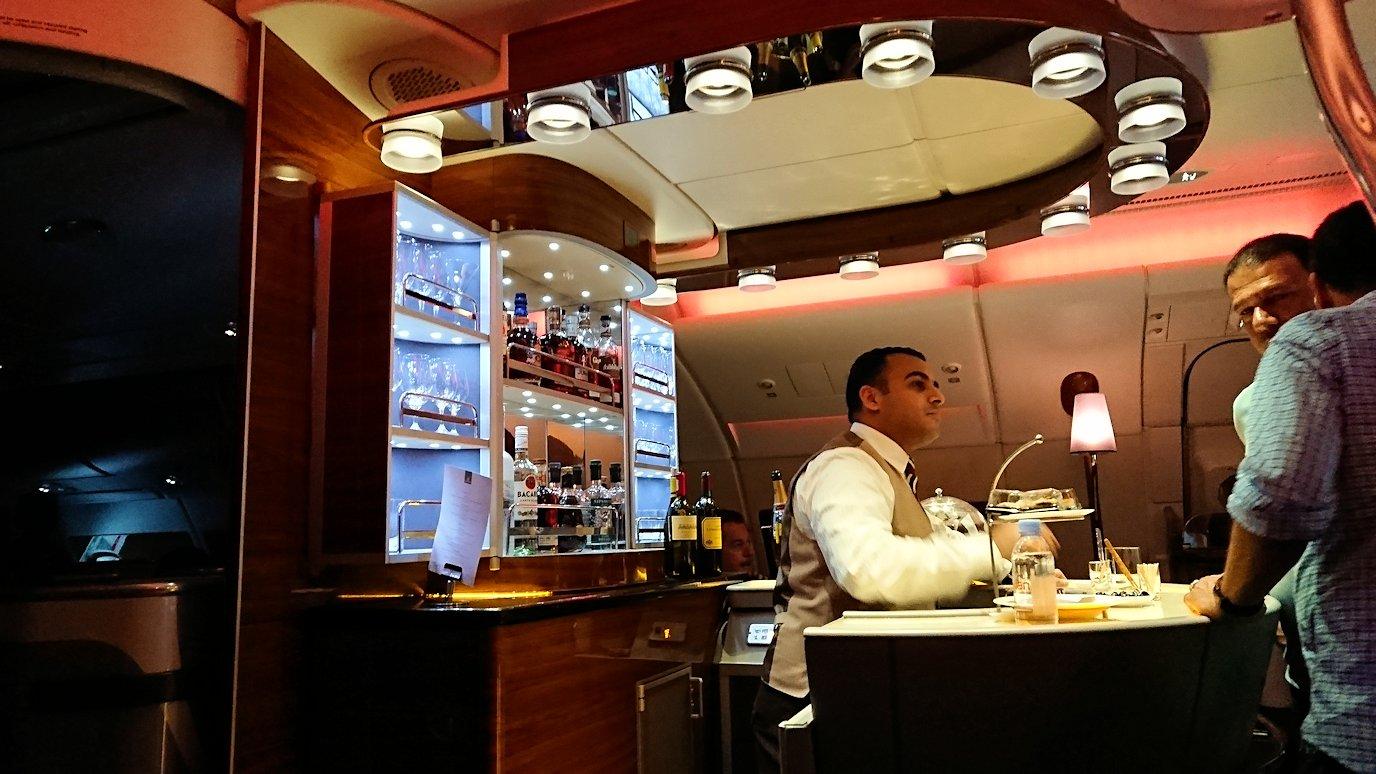 モロッコのカサブランカ空港でA380-800のビジネスクラスに搭乗しドバイへ向かうビジネスクラスの機内を楽しむ1